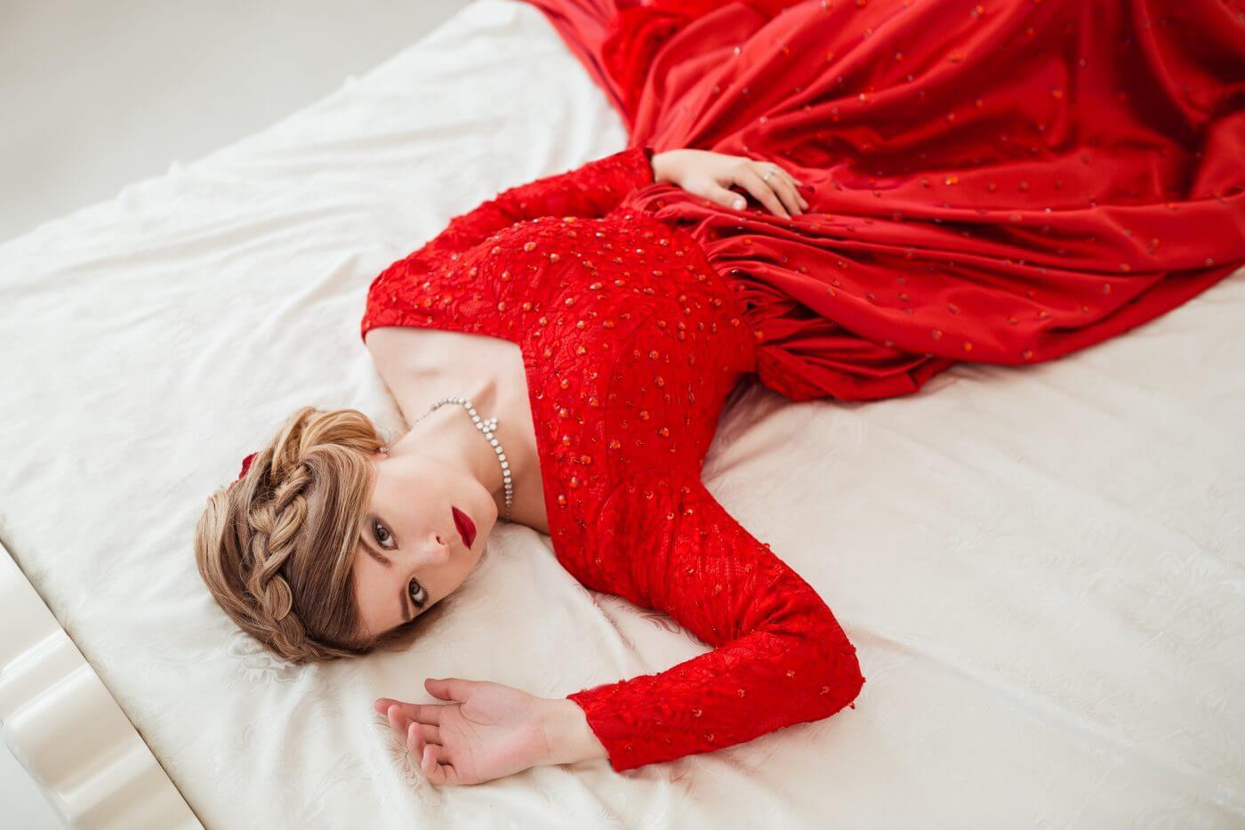 【結婚式OK】赤のパーティードレスの選び方&マナー
